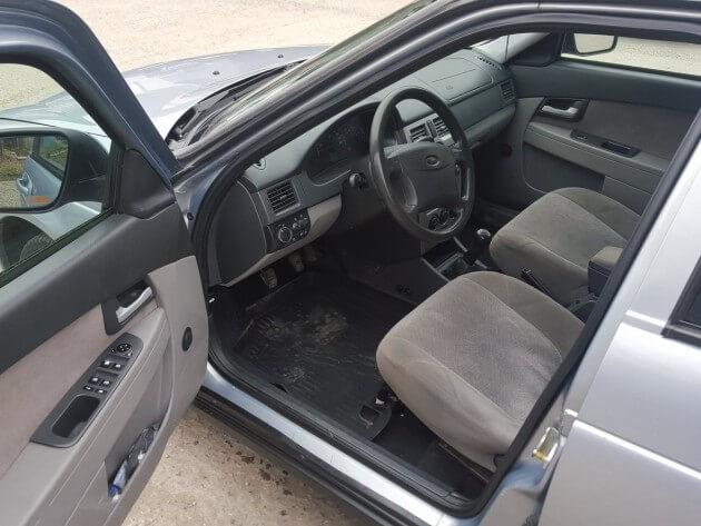 Автомобиль с открытой дверцей