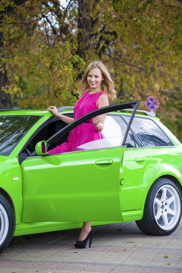 Девушка садиться в автомобиль