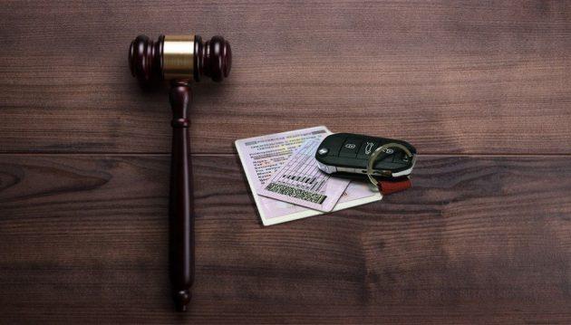 Молоток судьи, права и ключи от автомобиля