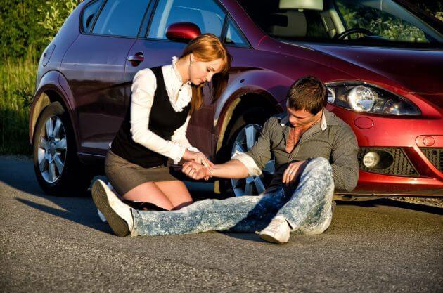 Девушка оказывает парню первую медицинскую помощь