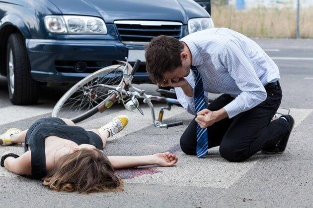 Парень расстроен из-за того, что сбил велосипедиста