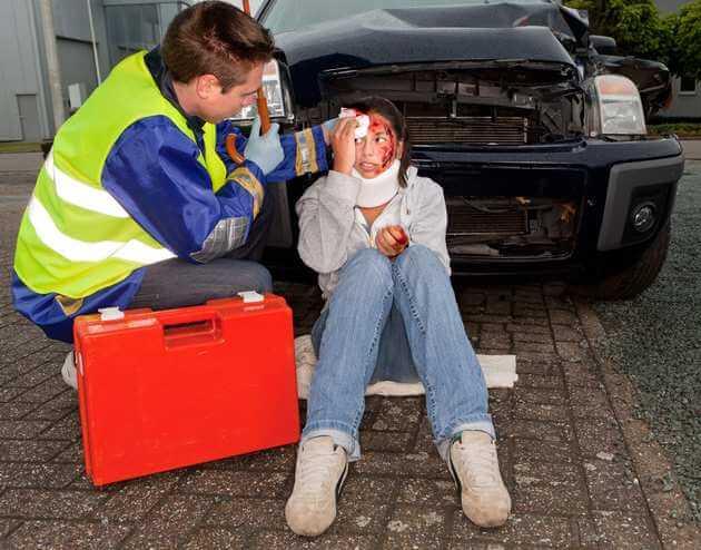 Скорая оказывает помощь пострадавшей в аварии девушке