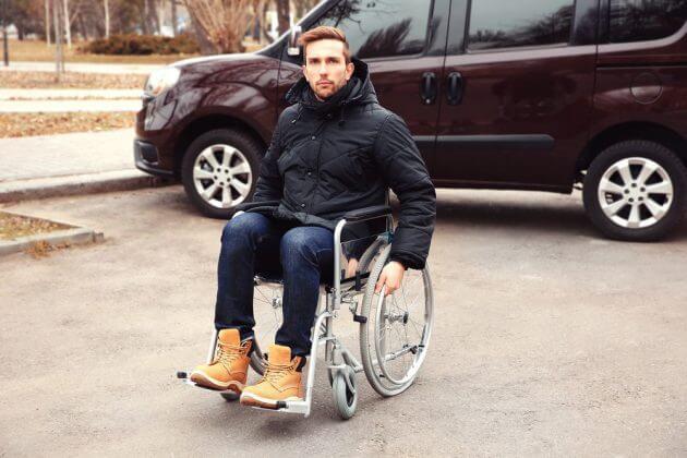 Мужчина на инвалидной коляске