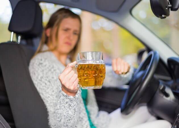 Женщина за рулём с алкоголем