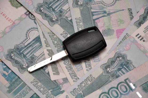 Автомобильный ключ зажигания и деньги