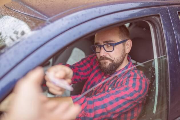 Водитель протягивает права
