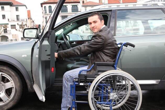 Водитель-инвалид садиться в машину