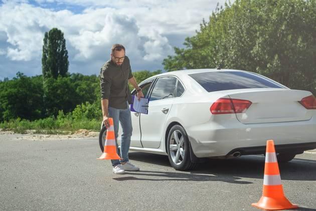 Огораживание конусами сломавшееся авто на дороге