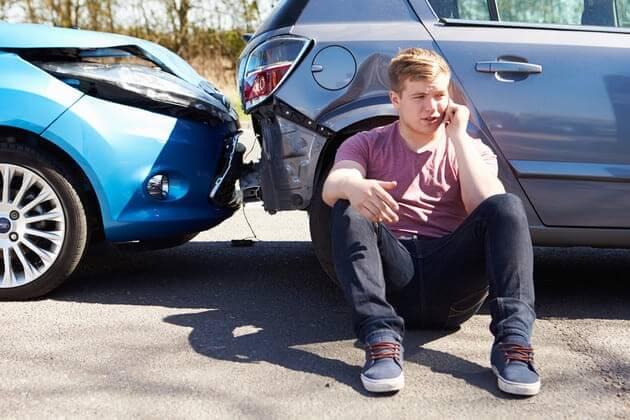 Авария двух авто и расстроенный водитель