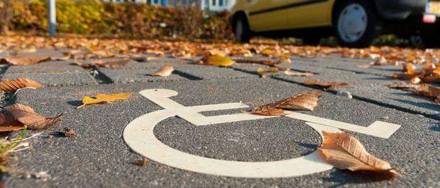 Знак парковка для инвалидов на асфальте