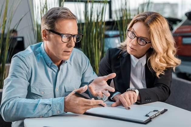 Покупатель и продавец обсуждают сделку купли продажи
