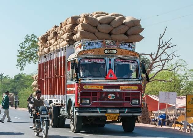 Перегруженный грузовик в бедной стране
