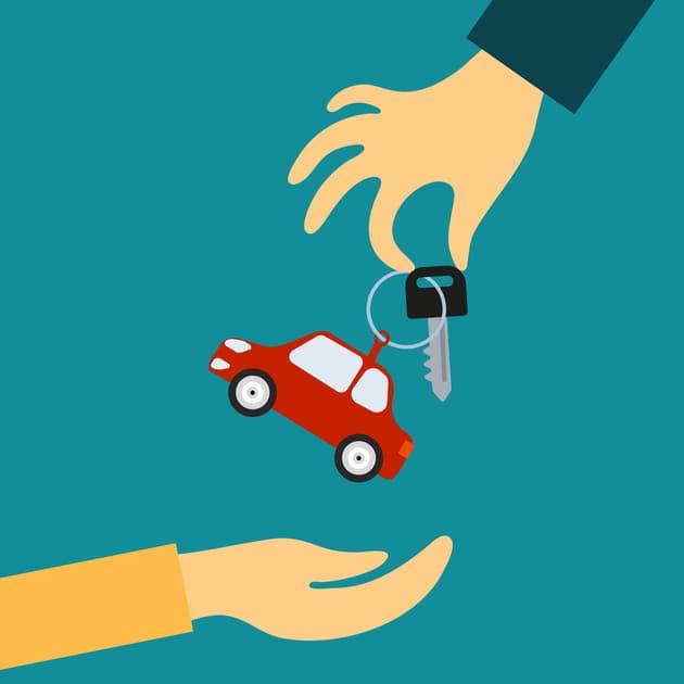 Продавец передаёт покупателю ключ от авто и автомобиль