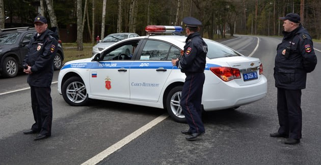 Сотрудники ГИБДД автомобилем своим перегородили трассу